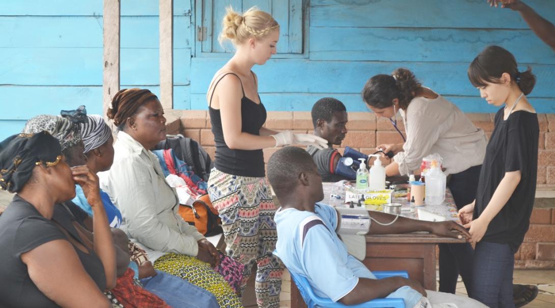 ガーナの公衆衛生インターンが地域住民のヘルスチェックを実施
